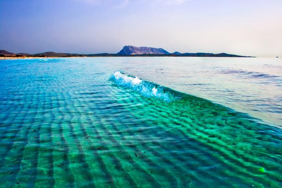 Позрачное море у берегов Сардинии.jpg