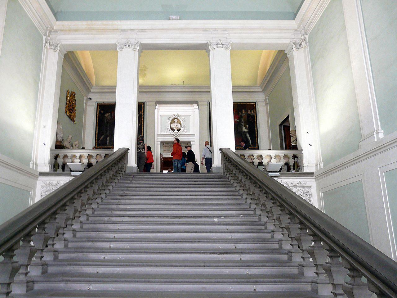 Галерея Уффици, центральная лестница