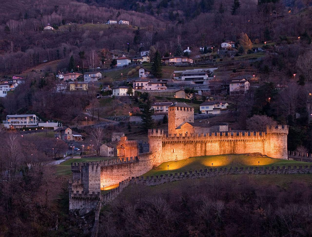 Замок Монтебелло ночью