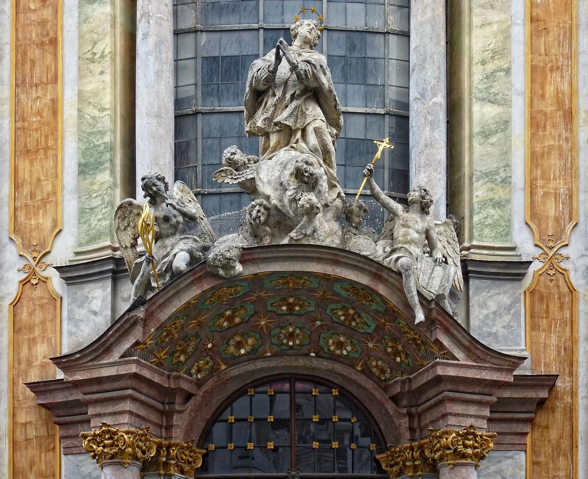 Церковь Азамкирхе, скульптурная композиция над входом