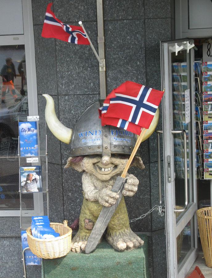 Викинг у входа в магазин, Берген.JPG