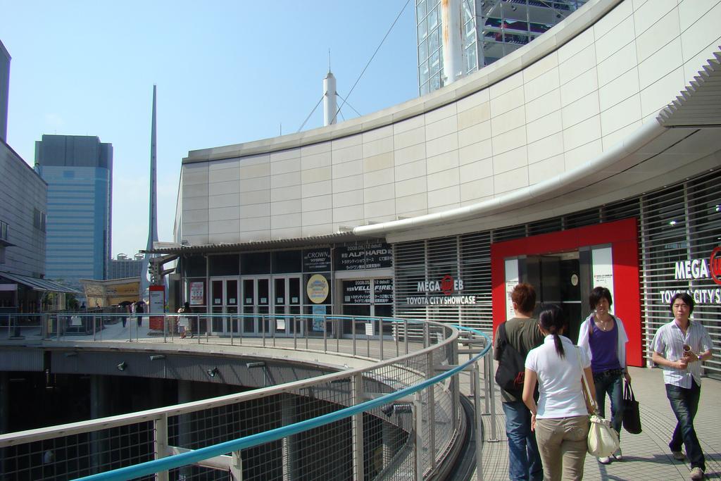 Вид на выставочный центр Toyota Mega Web