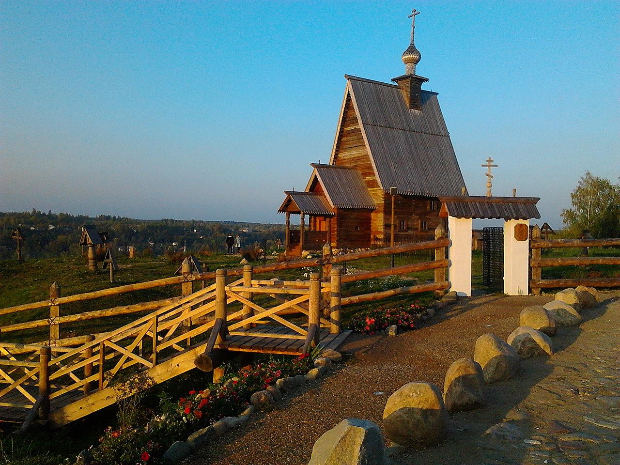 Деревянная Воскресенская церковь в Плесе, гора Левитана