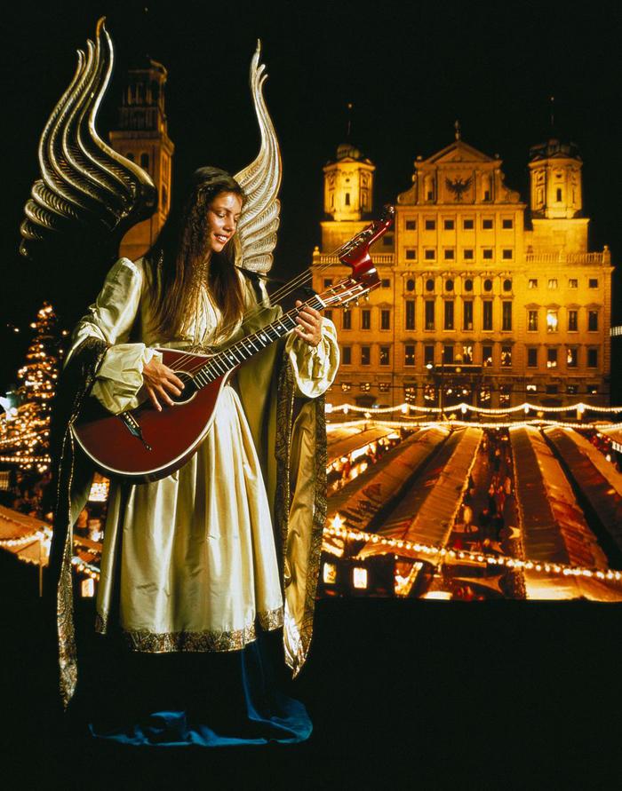 Статуя ангела на баварской рождественской ярмарке в Аугсбурге