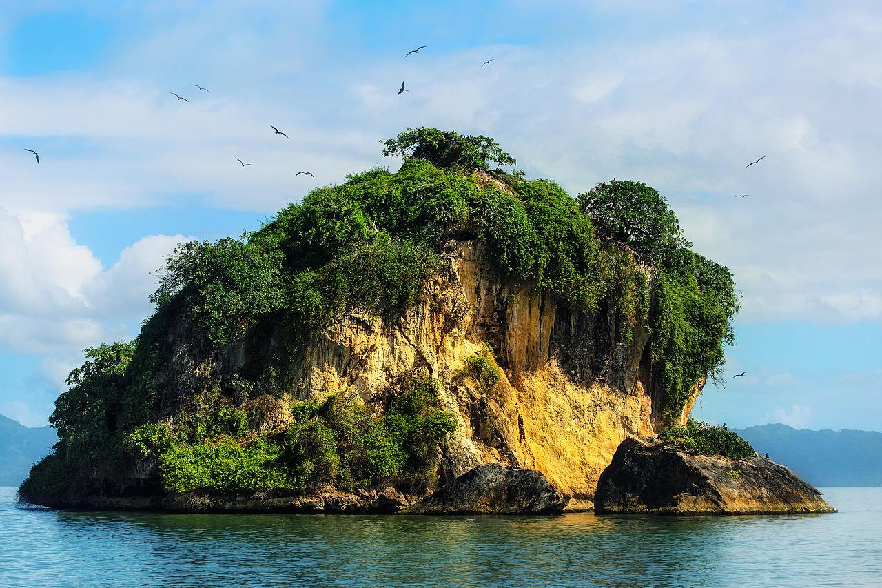 Национальный парк Лос-Айтисес, остров с гнездящимися птицами в заливе Сан-Лоренцо.