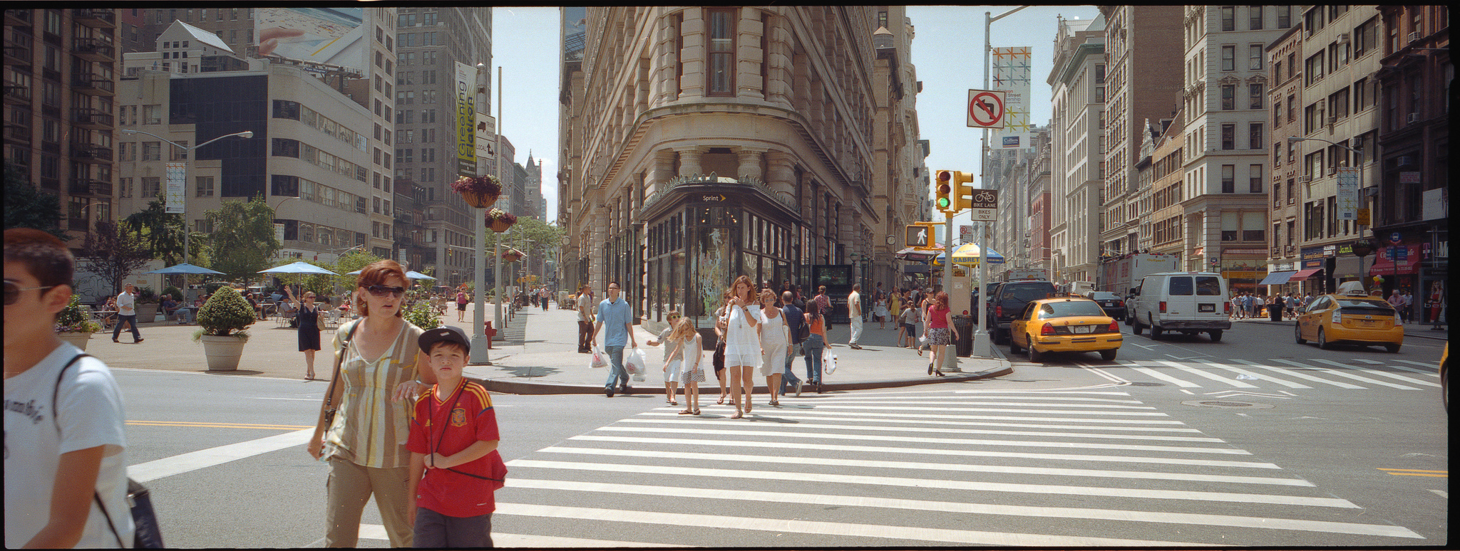 Перекресток перед Флэтайрон-билдинг, Нью-Йорк