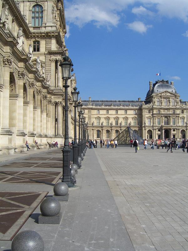 Площадь у Лувра, Франция
