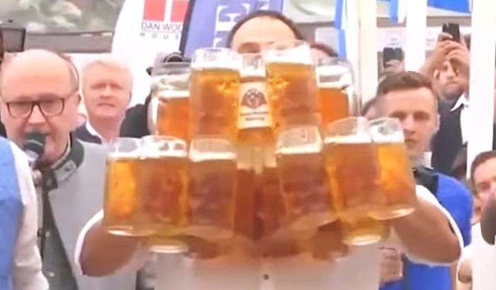 31 кружка с пивом за раз установлен новый мировой рекорд.jpg