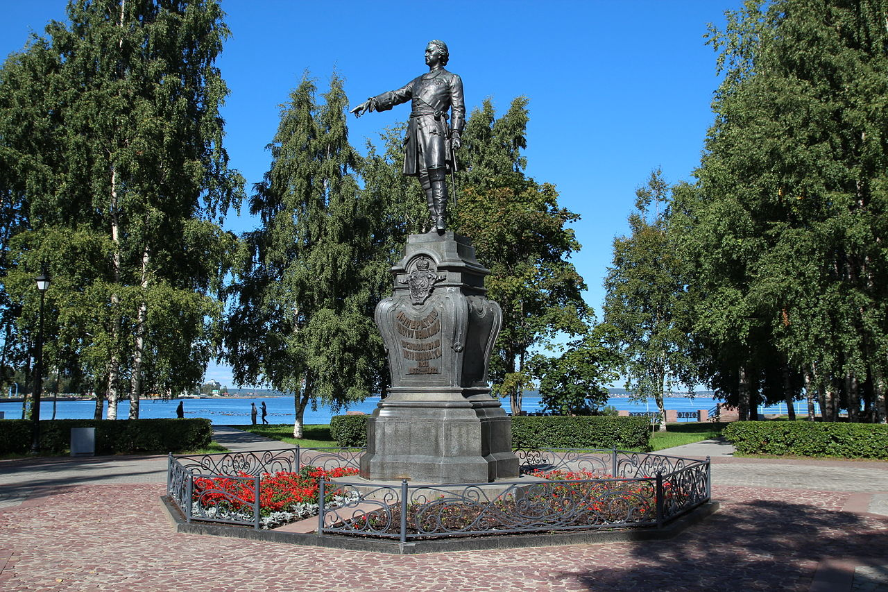 Парк у Онежской набережной, памятник императору Петру Великому