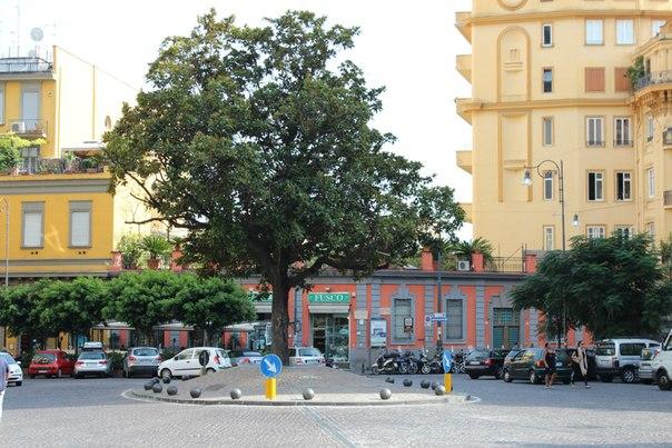 Типичные маленькие площади Неаполя