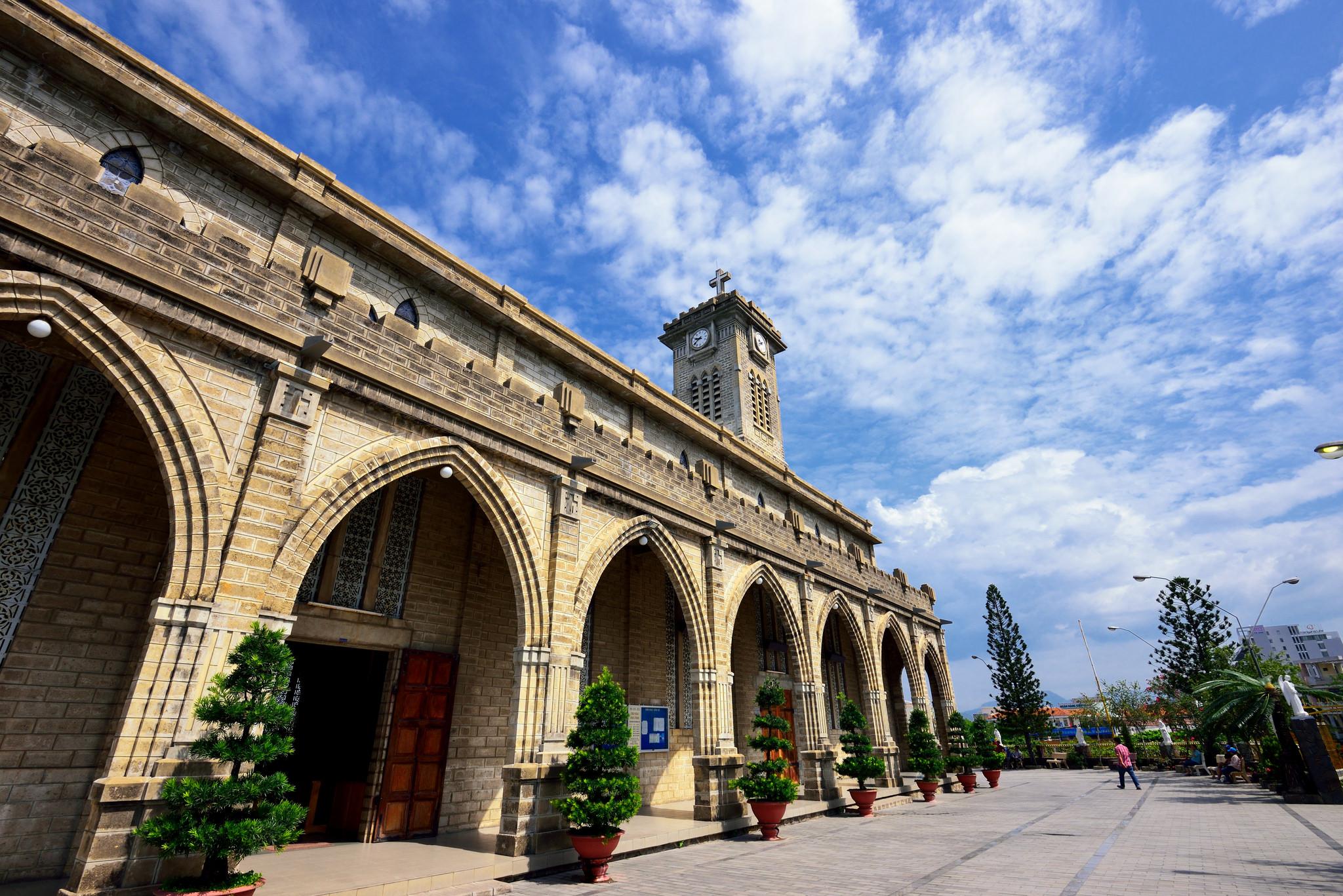 Кафедральный собор Нячанга, двор