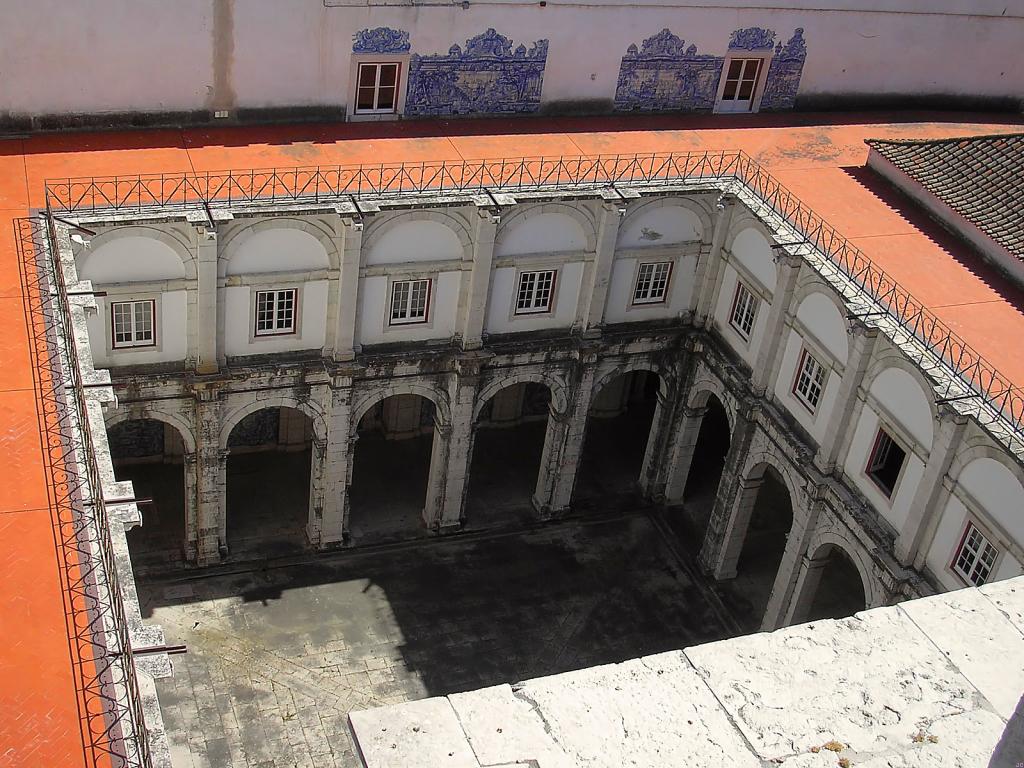 Монастырь Сан-Висенте-де-Фора, двор