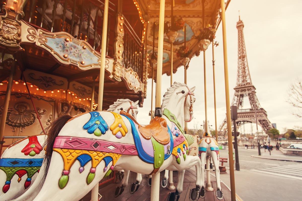 Детская карусель неподалёку от Эйфелевой башни, Париж