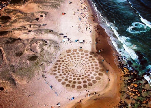 Мужчина использует пляж вместо холста P.jpg