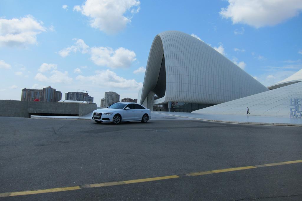 У входа в культурный центр Гейдара Алиева в Баку
