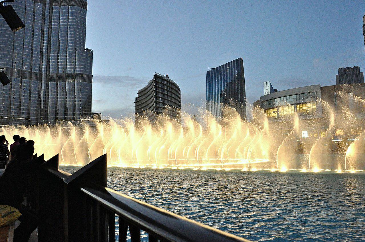 Фонтан в Дубае, рядом с небоскрёбом Бурдж-Халифа