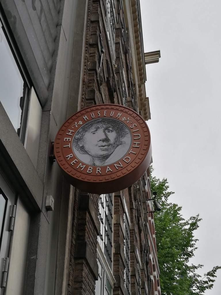 Вывеска на доме-музее Рембрандта в Амстердаме, Нидерланды