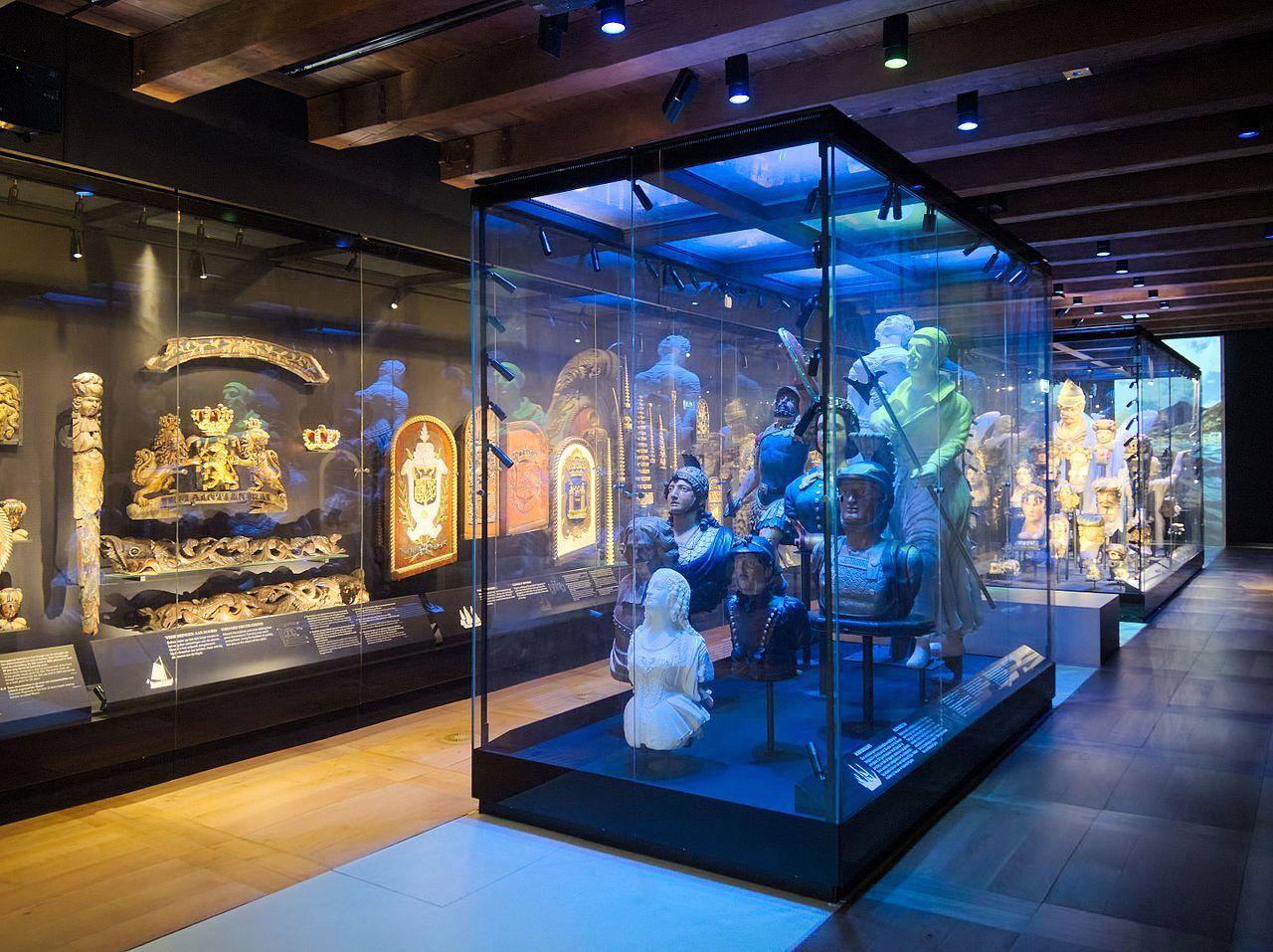 Музей судоходства в Амстердаме, зал корабельных украшений