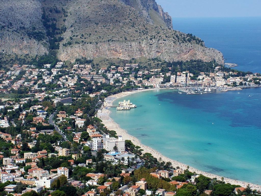 Залив и пляж Монделло, Италия