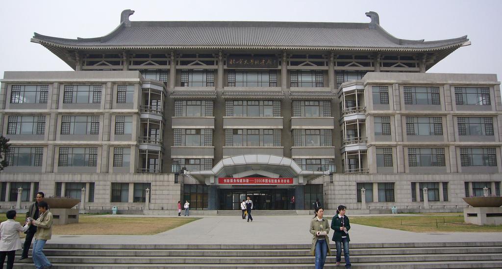 Вход в главный корпус, Пекинский университет
