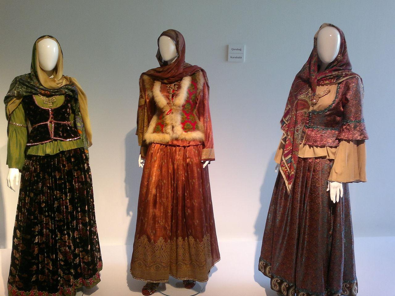 Центр Гейдара Алиева, национальные костюмы