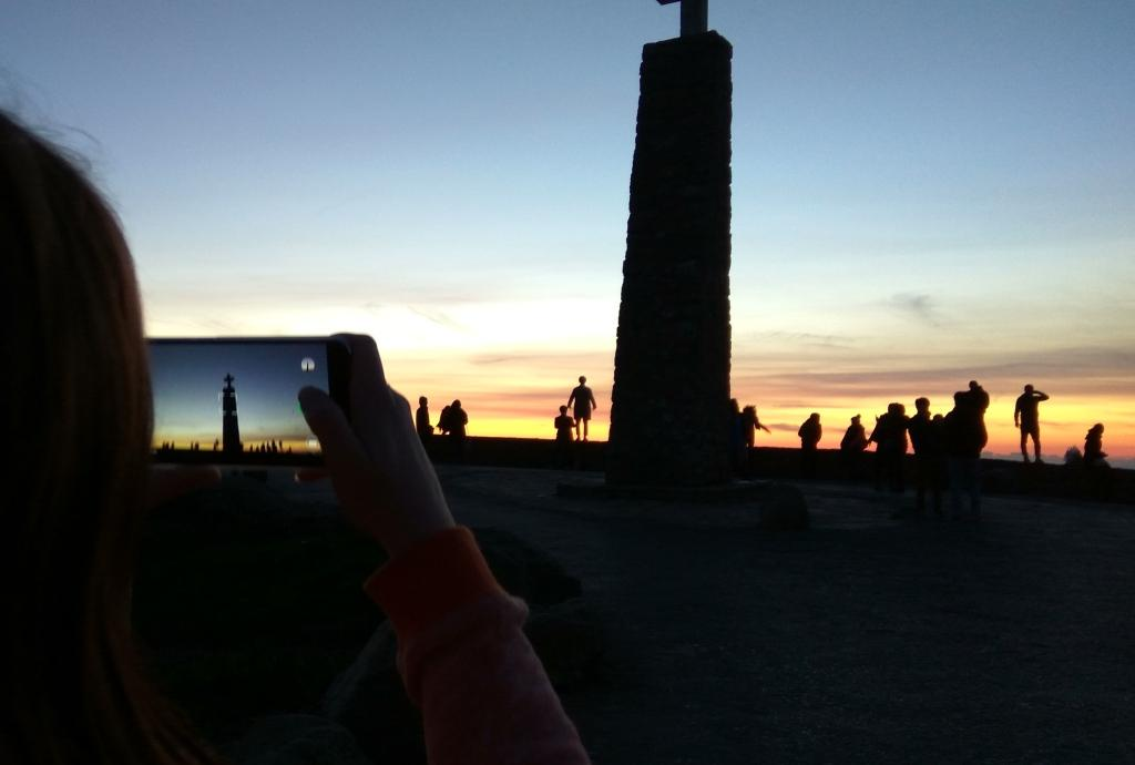 На смотровой площадке мыса Рока во время заката солнца, Португалия