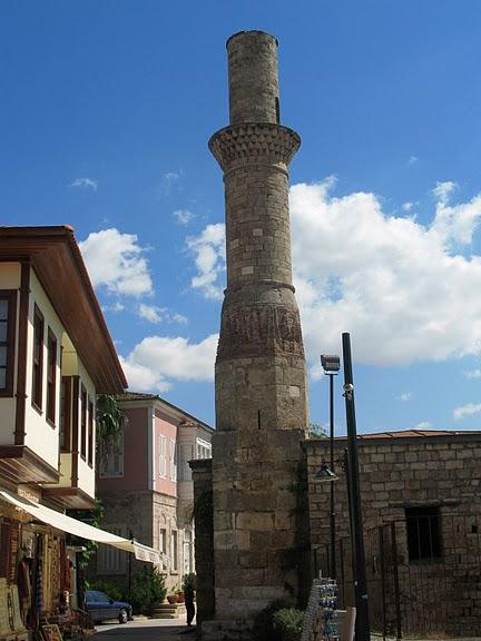 Безбашенная башня — остатки древней мечети в Анталии.jpg