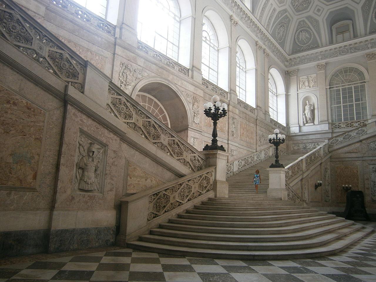 Королевский дворец в Неаполе, главная лестница