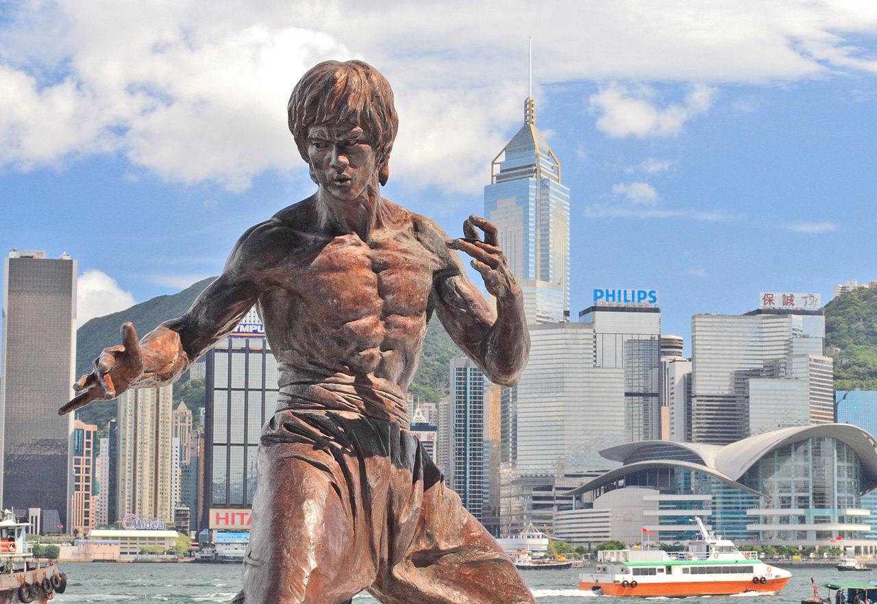 Авеню звёзд в Гонконге, статуя Брюса Ли