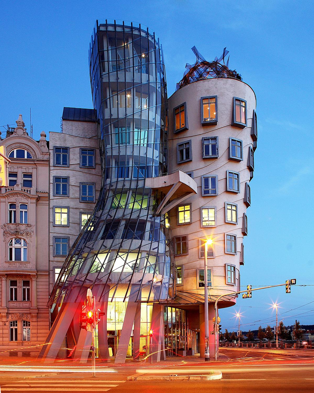 Танцующий дом в Праге, вечер