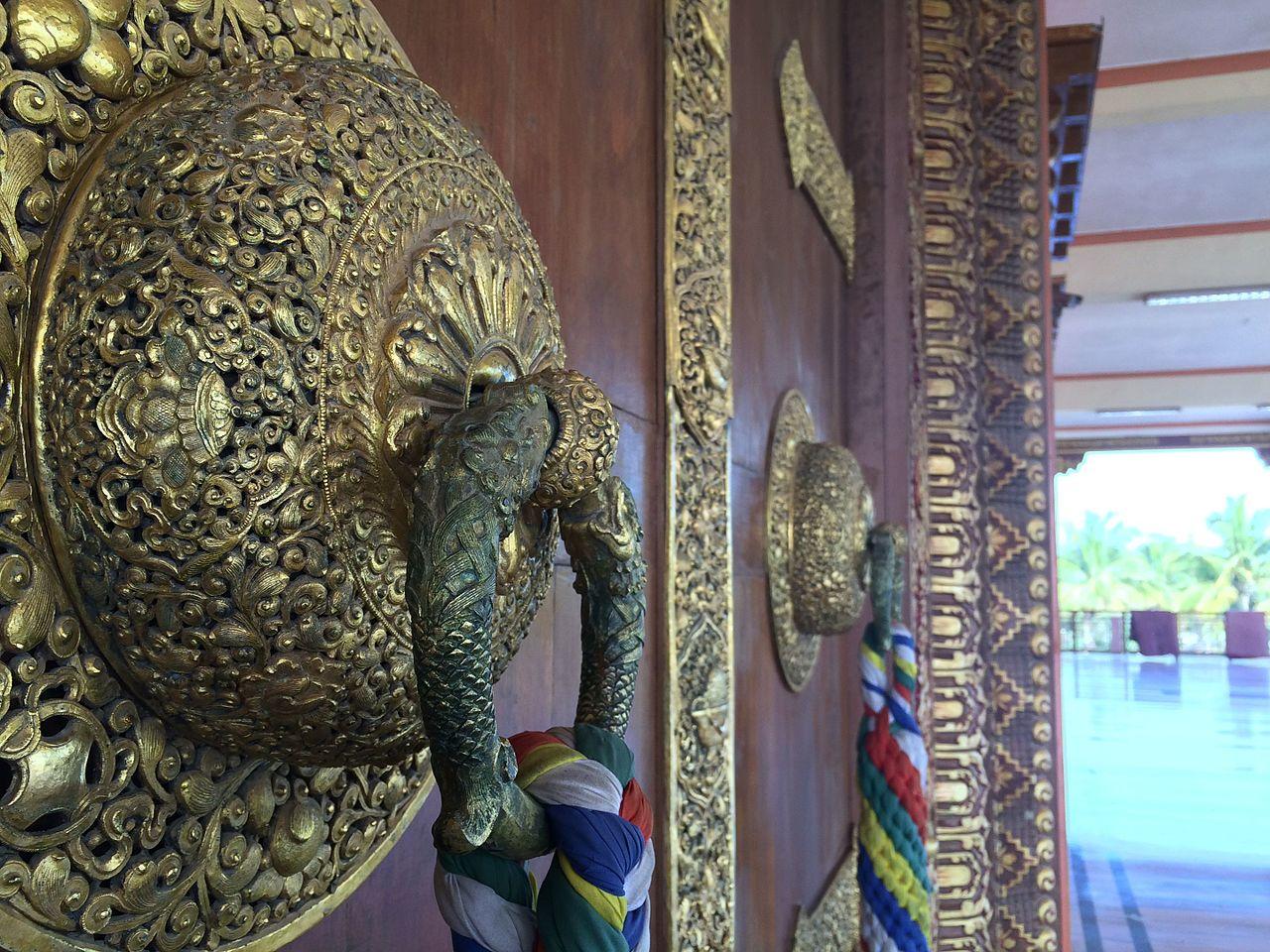 Главный вход в молитвенный зал монастыря, тибетская колония Мунгод
