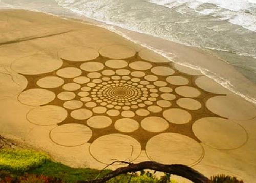Мужчина использует пляж вместо холста Q.jpg