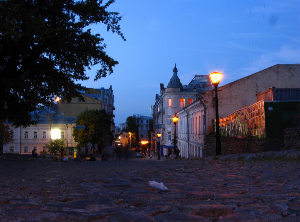 Андреевский спуск в Киеве ночью