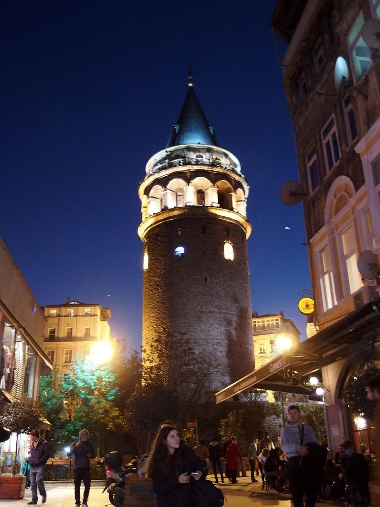 Галатская башня в вечернем освещении