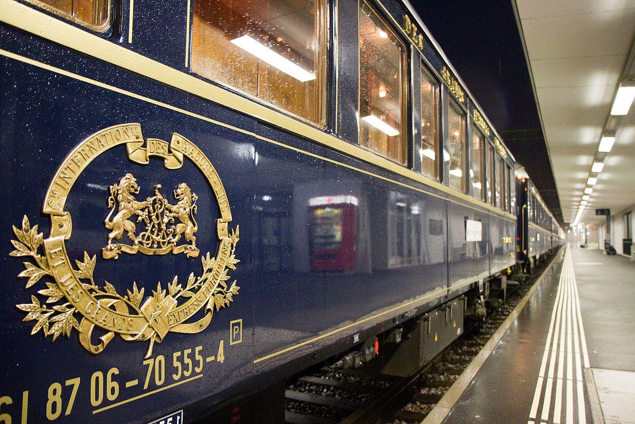 Пассажирский поезд Восточный экспресс на пограничном участке между Лихтенштейном и Швейцарией
