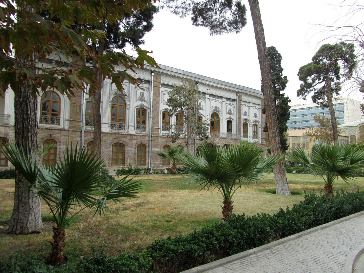Белый дворец на территории дворца Голестан