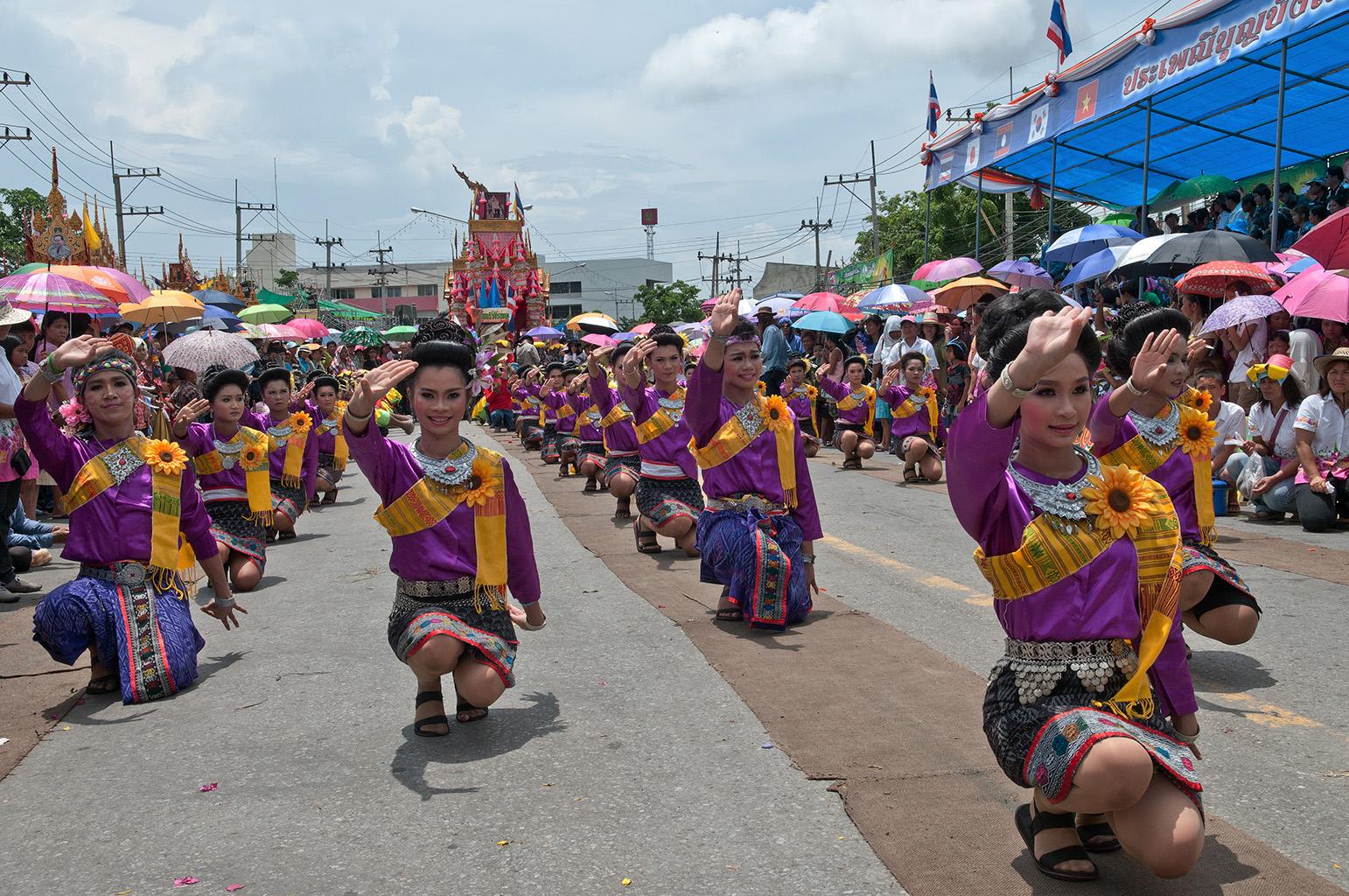 Красочный парад во время фестиваля ракет