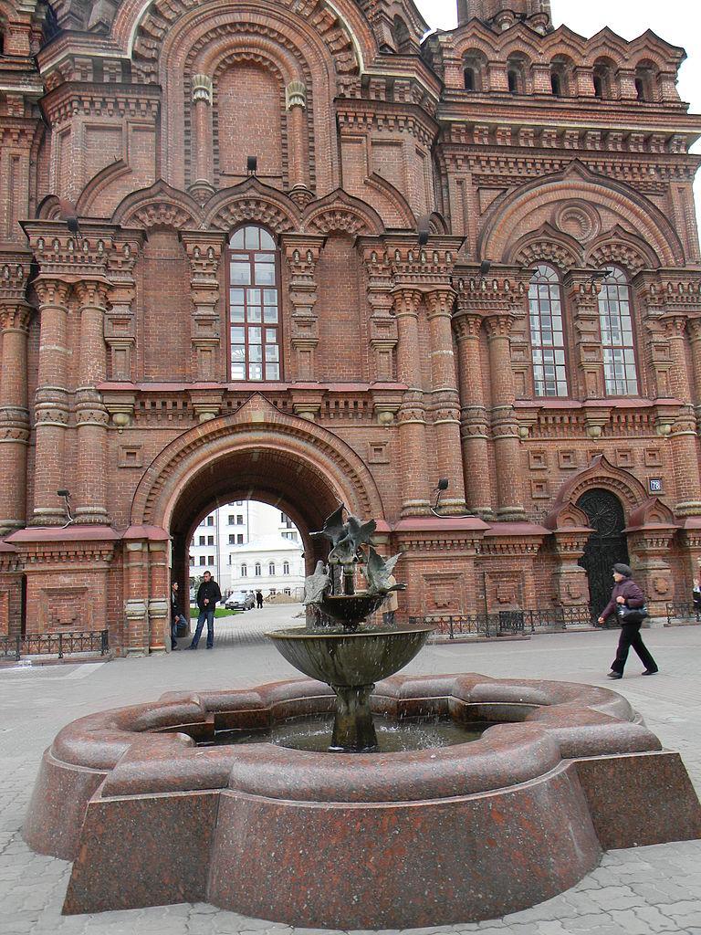 Богоявленский собор Казани, колокольня и фонтан