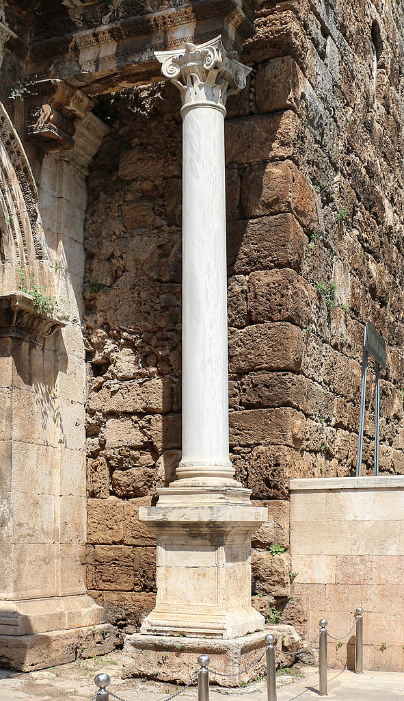 Ворота Адриана, колонна