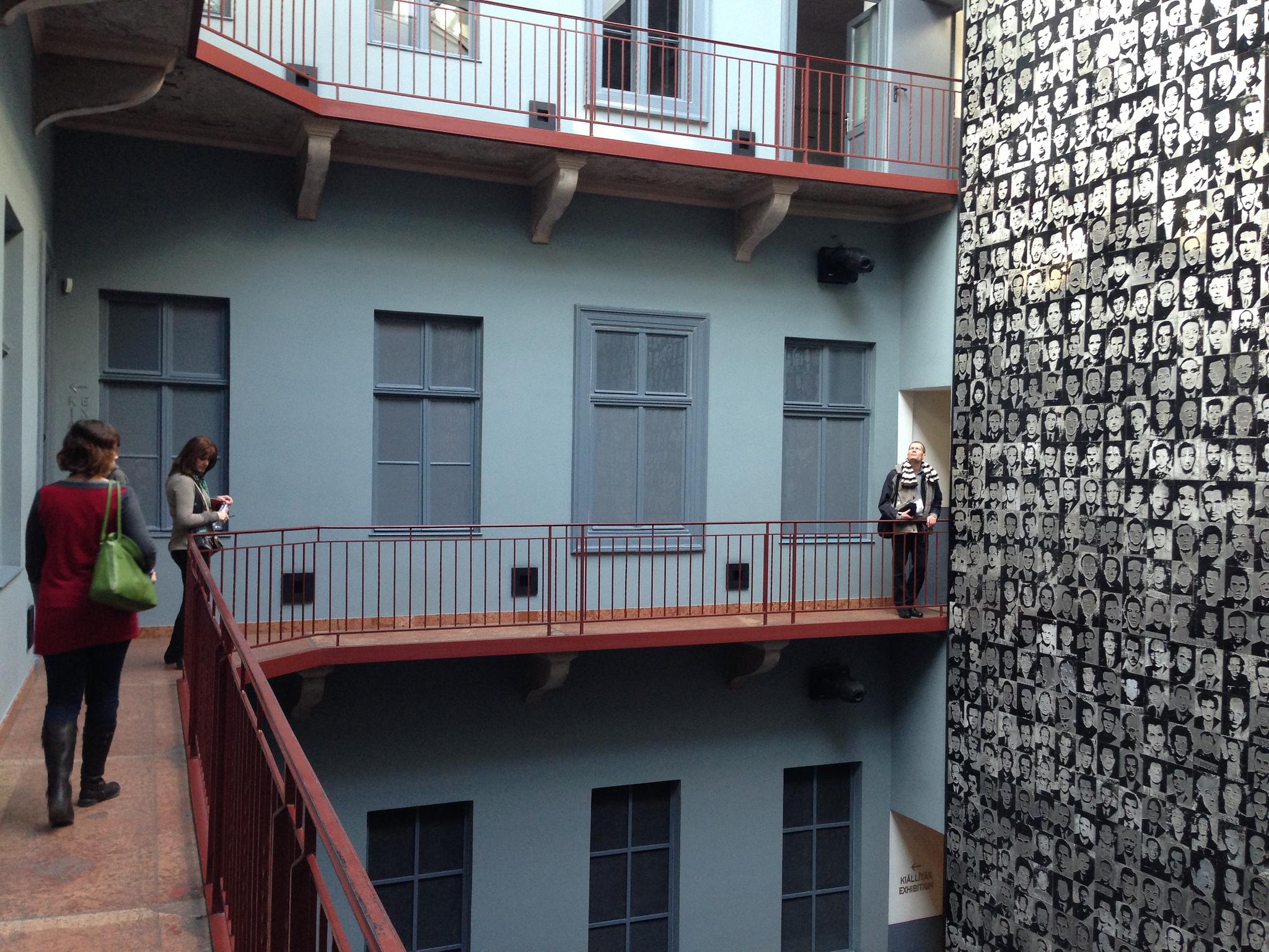 Во дворе Дома террора в Будапеште