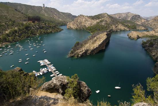 Живописное озеро в Кастилии — Ла-Манча.jpg