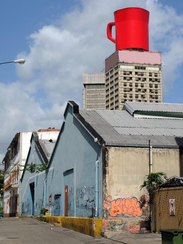 Дом с красной кружкой на крыше в Каракасе.jpg