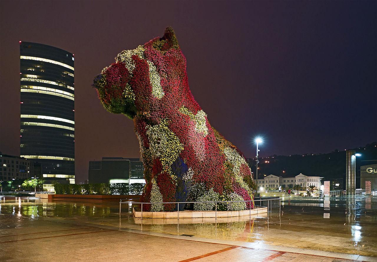 Музей Гуггенхайма в Бильбао, щенок перед входом