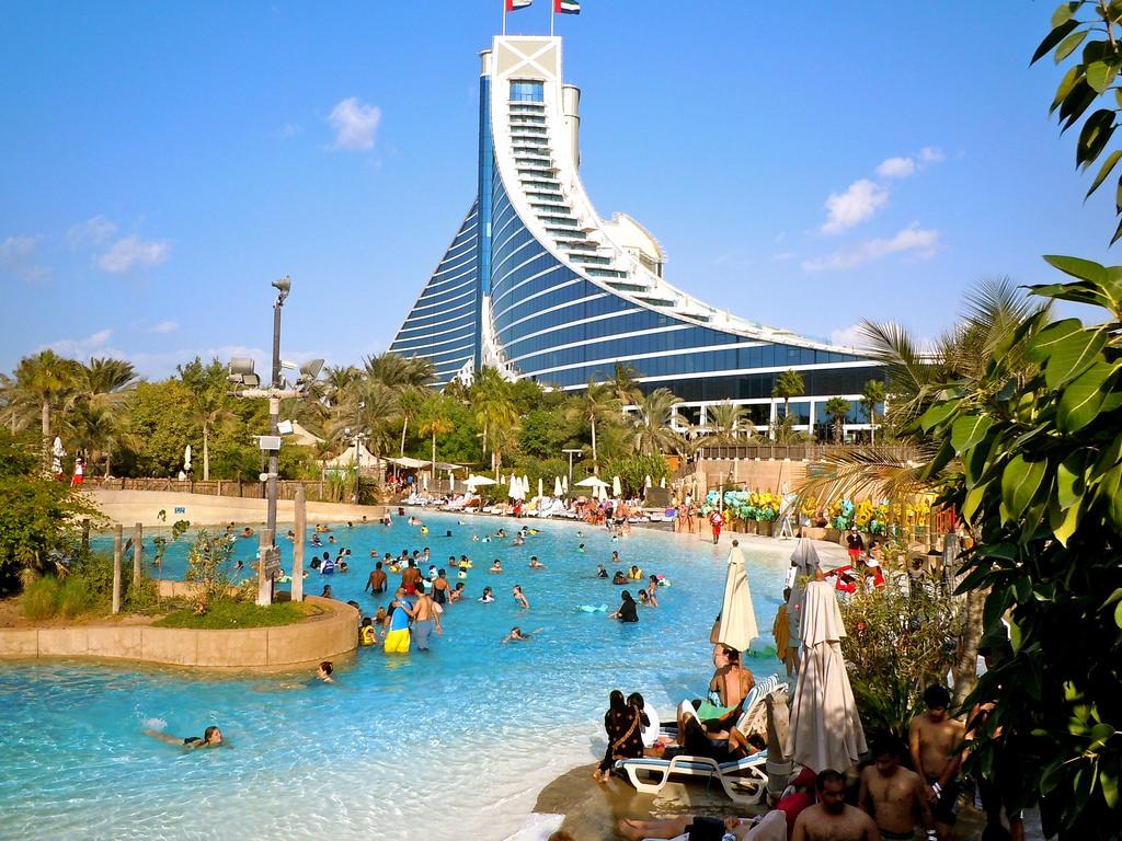 Бассейн аквапарка Вайлд Вади перед зданием гостиницы Джумейра-Бич-отель