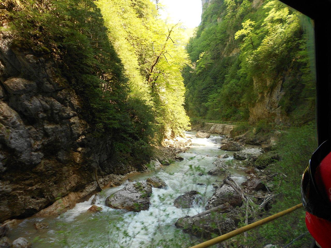 Гуамское ущелье, по железной дороге