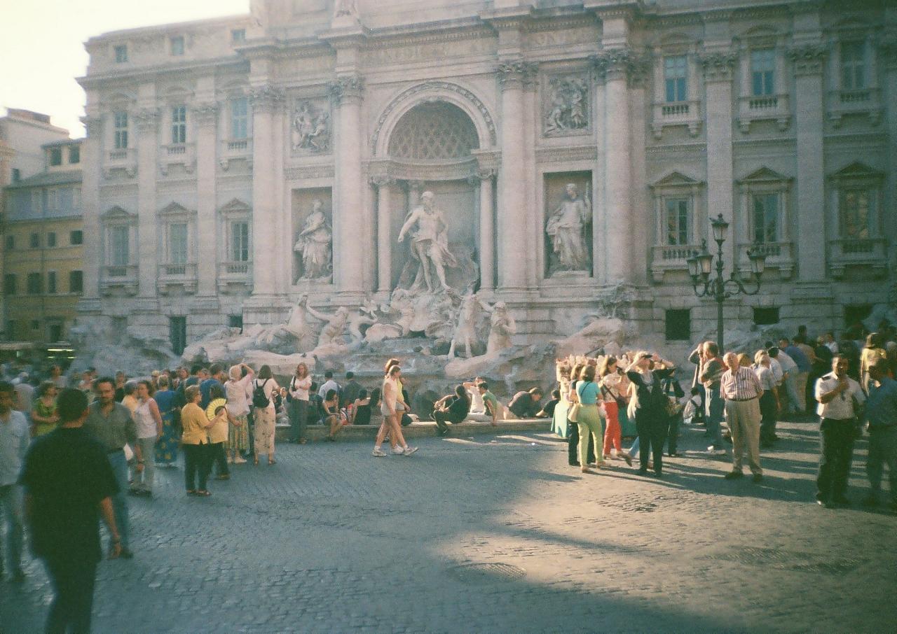 Площадь перед фонтаном Треви, Рим