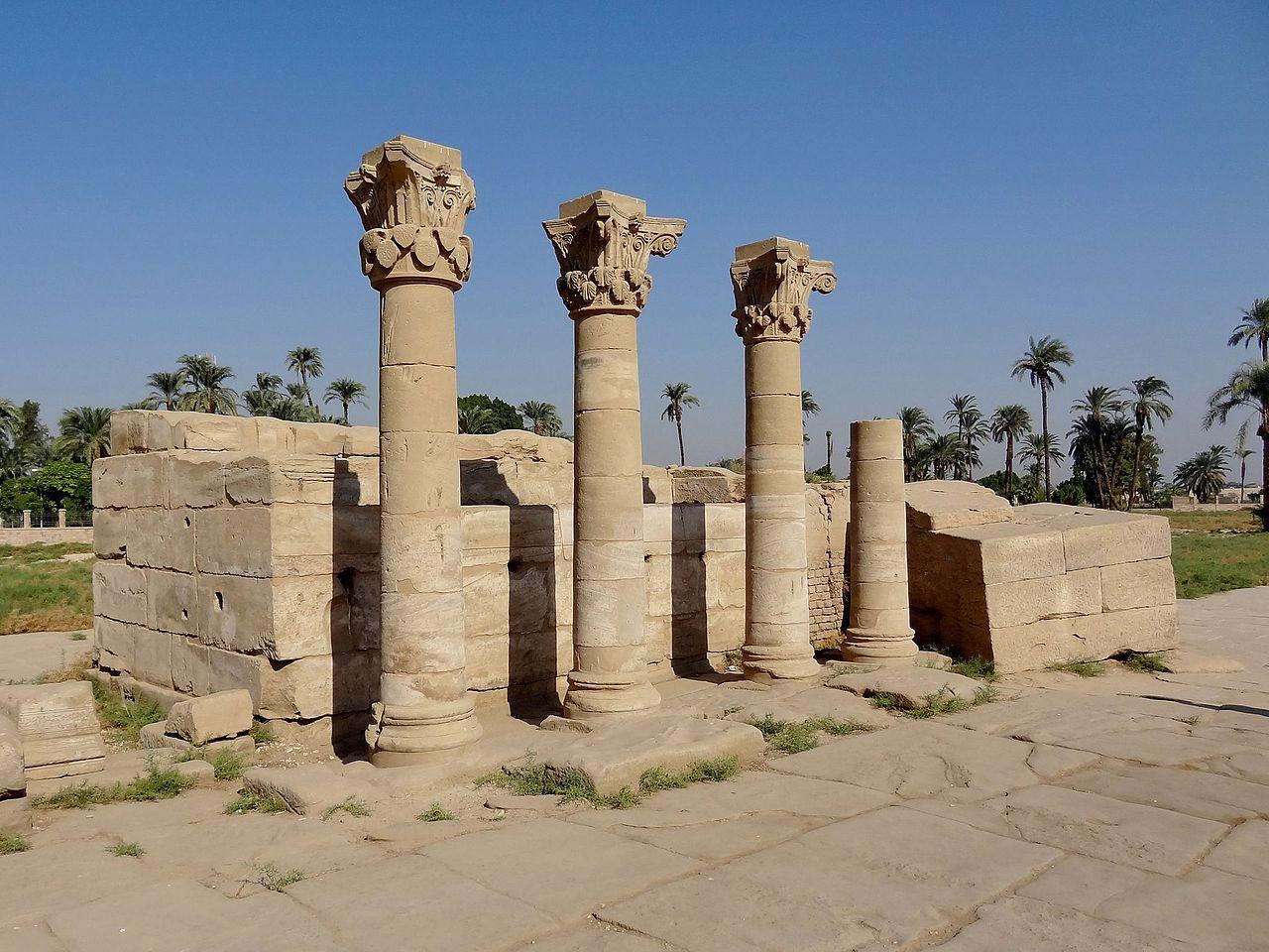 Римские колонны в передней части комплекса храма в Дендере, Египет