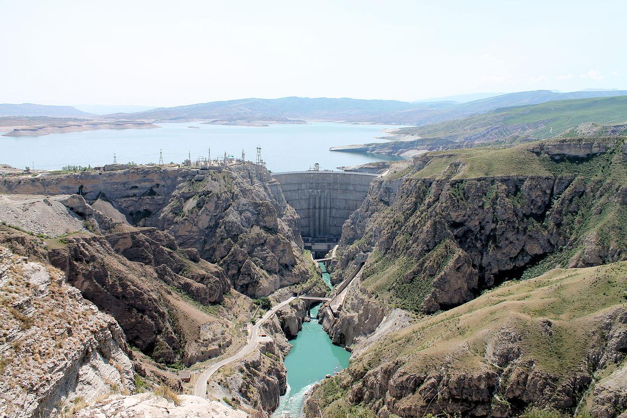 Панорама Чиркейского ущелья, водохранилища и ГЭС
