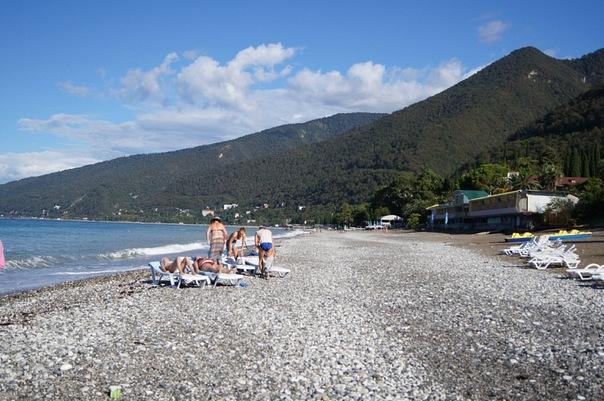 Туристы на пляже Гагры, Абхазия.jpg