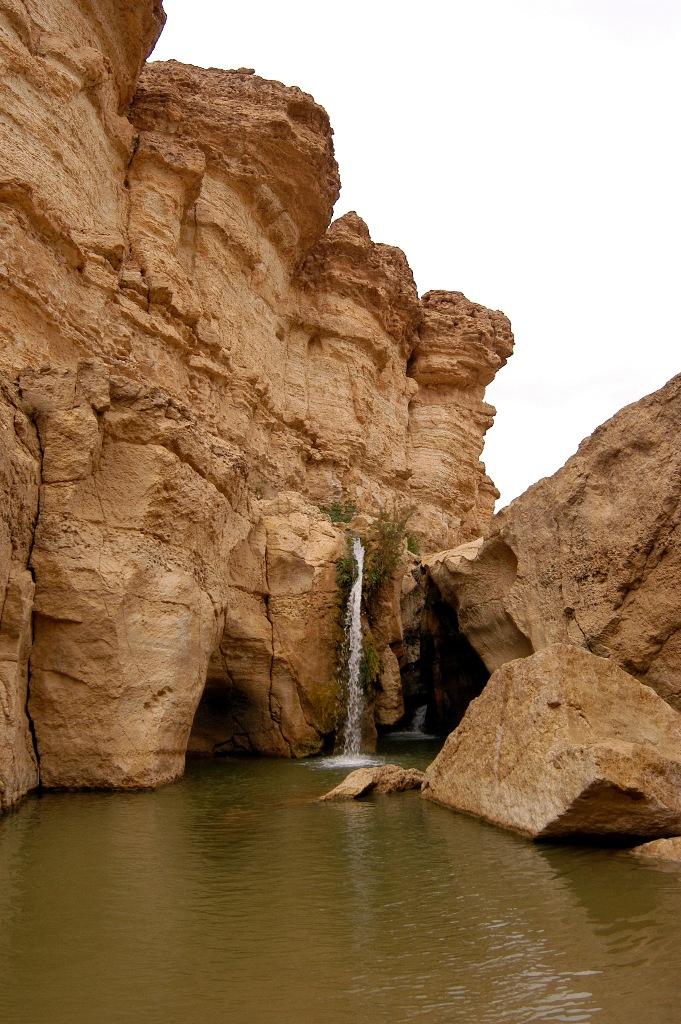 Водопад в оазисе Мидес, Тунис.jpg